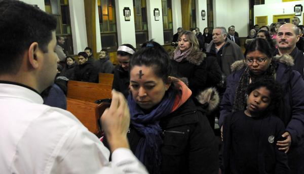 Rev. Omar Alejandro Daza impone la ceniza.