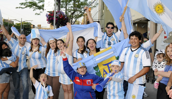 TORONTO: Argentinos celebran triunfo de su selección. Foto: V. Aguilar.