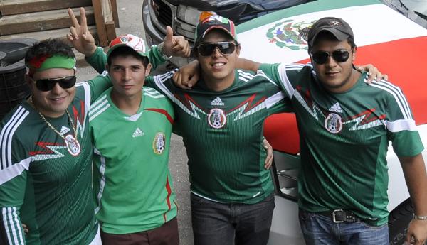 Mexicanos en Toronto festejan la victoria de su selección.