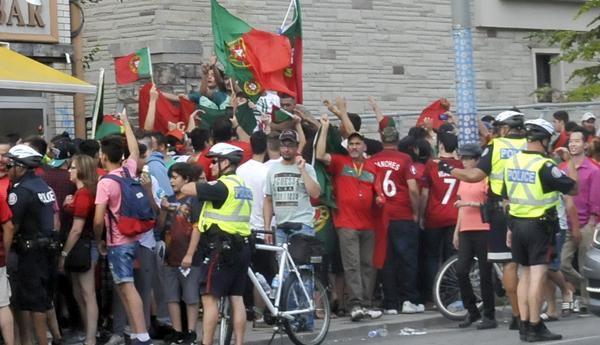 Portugueses celebran el título de la Eurocopa en Toronto.